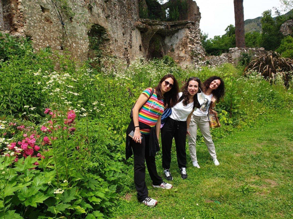 Amiche e travelblogger intente a visitare giardino di Ninfa (Latina)