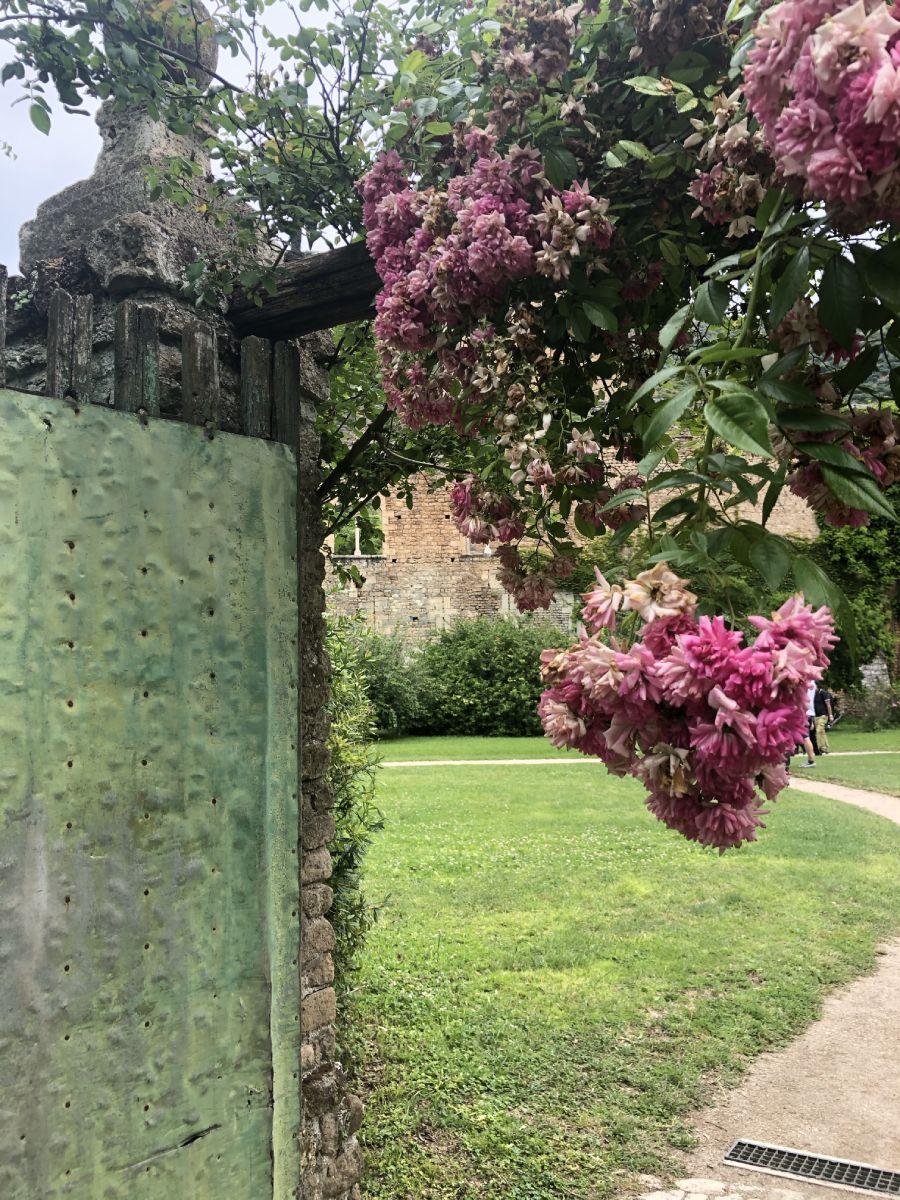 porta con fiori a ninfa