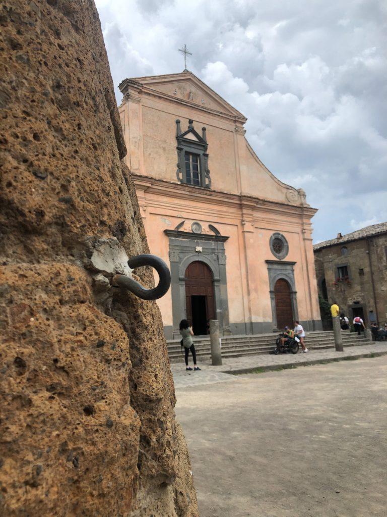 Civita di Bagnoregio: chiesa e piazza